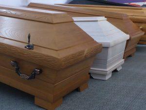 Sargmodelle aus massiver Eiche mit Gussbeschlägen verursachen höhere Kosten einer Bestattung