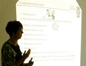 Frau Scherer zeigt  im Schulungsraum des Pro Seniore Neuhofen, welche Dokumente im Todesfall benötigt werden.