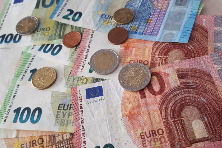 Euroscheine und Münzen in Euro