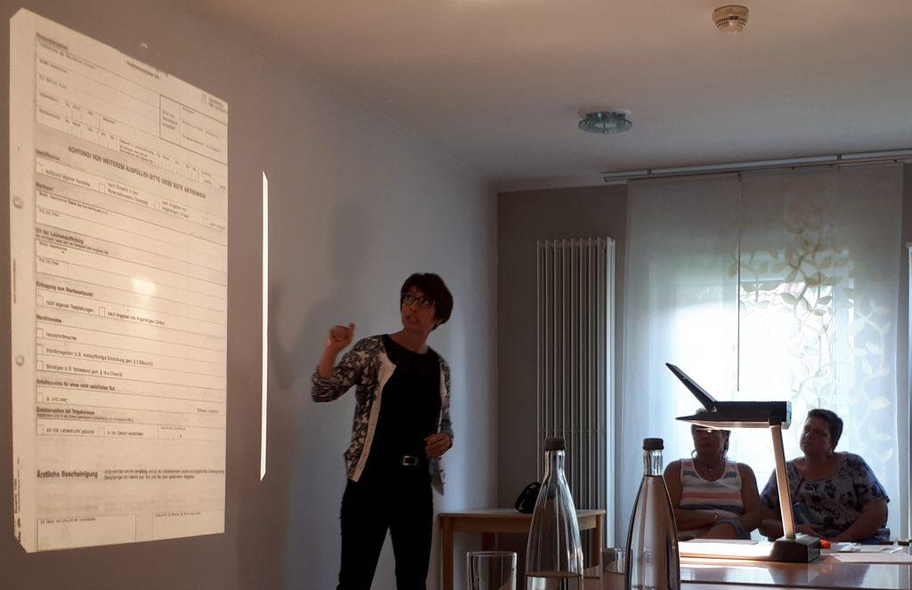"""Frau Scherer erläutert die """"Todesbescheinigung nicht vertraulicher Teil"""" im Schulungsraum des Pro Seniore Neuhofen."""