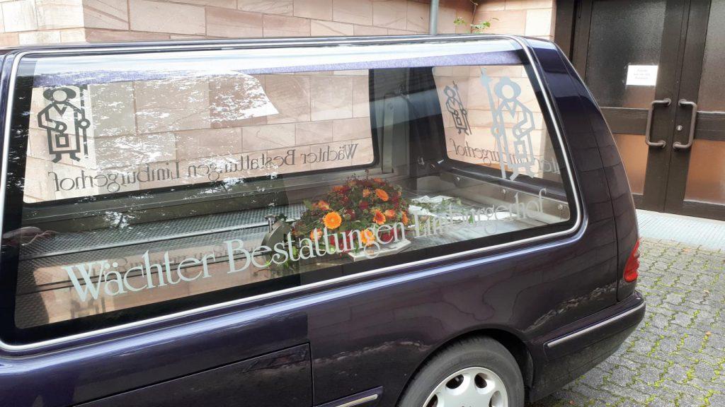 Rückführung des Sargdeckelbuketts nachdem der Sarg dem Krematorium übergeben wurde.