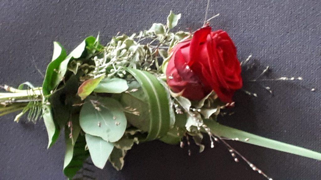 gebundene rote Rose