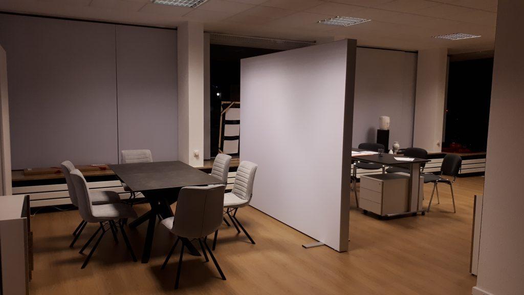 Besprechungsbereich mit Sichtschutzwand.