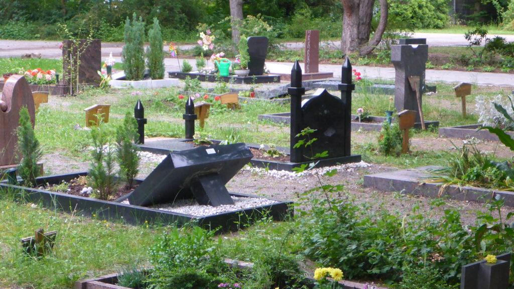 Eine Bestattung im Leinentuch ist im muslimischen Gräberfeld auf dem Hauptfriedhof in Lu/Rh. erlaubt.