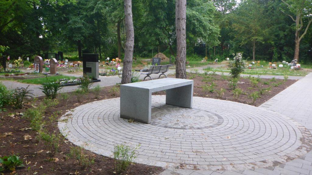 Aufbahrungstisch im muslimischen Gräberfeld in Lu/Rh. In diesem ist eine Bestattung im Leinentuch erlaubt.
