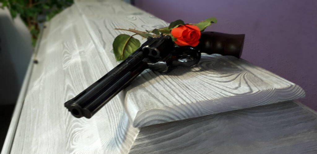 Kiefernsarg silber mit schwarzem Colt und roter Rose