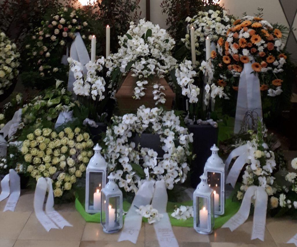 Die Hallendekoration als ein Einflussfaktor der Beerdigungskosten.