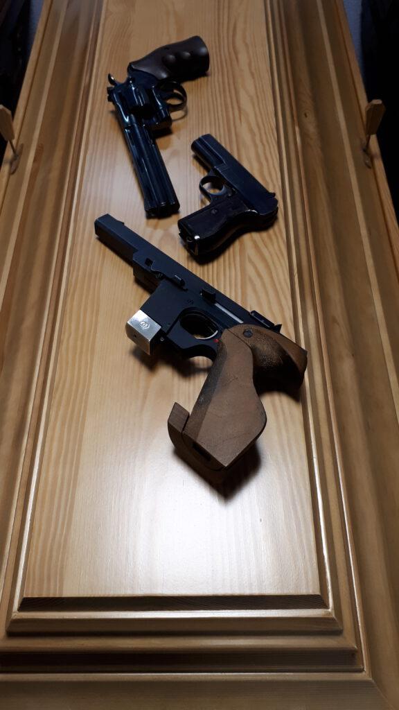 Kiefernsarg mit 3 Schusswaffen
