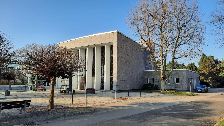Trauerhalle des Hauptfriedhofs Ludwigshafen mit angegliedertem Krematorium.