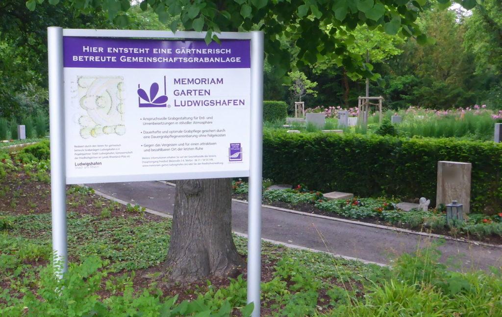 Memoriam-Garten, Hinweisschild Hauptfriedhof Ludwigshafen