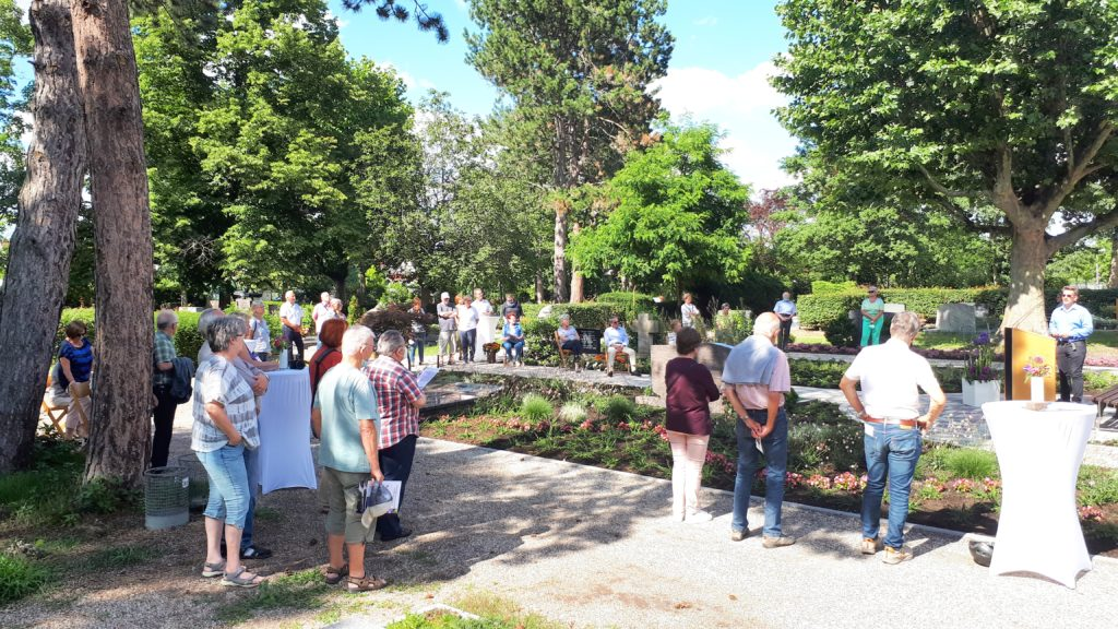 Besucher des Memoriam Garten Limburgerhof