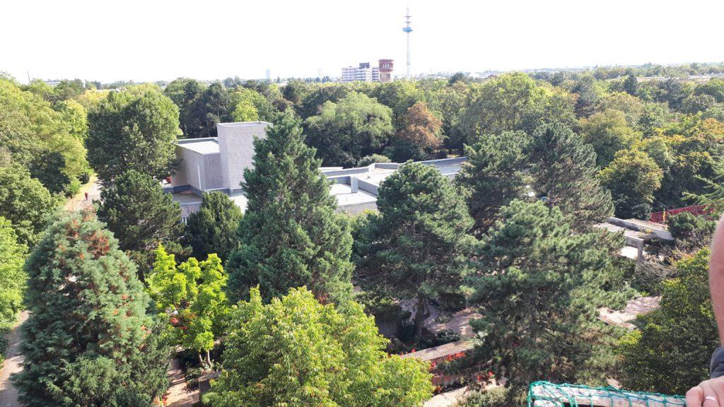 Das Krematorium Ludwigshafen und die Trauerhalle von oben.